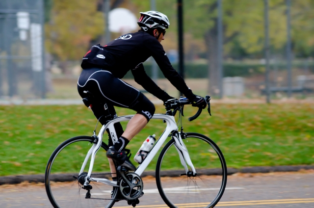 自転車を漕ぐ人の画像